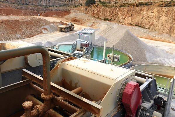 L'installation d'eau de débourbage/lavage a imposé de tirer une canalisation de 7 km depuis le canal de Provence. Plus de 90 % de l'eau est recyclée pour limiter sa consommation (30 m3/h environ). © Xavier Haertelmeyer