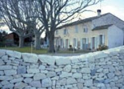 Un mur coupe-vent en marbre de Tavel
