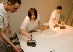 Des apprentis tapissent le musée des Arts décoratifs