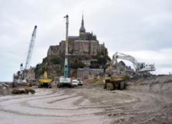 Début de la destruction de la digue du Mont-Saint-Michel