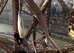 Deux éoliennes installées sur la Tour Eiffel