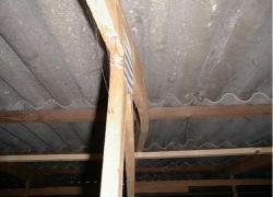 La toiture du bâtiment d'élevage s'affaisse