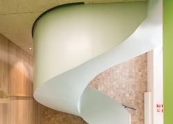 Rue Saint-Sabin (4) : Un écrin de bois pour l'escalier béton