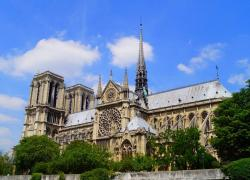 Sous la coupole, hommage à Notre-Dame et à sa flèche,