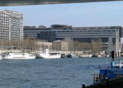La mairie de Paris attaque Lafarge après des rejets de béton dans la Seine