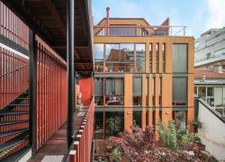 L'architecte Marie Schweitzer réinvente Paris avec des façades bois colorées