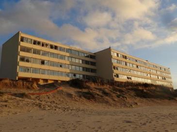 """A Soulac, l'immeuble """"de l'érosion"""" désamianté, avant la démolition"""