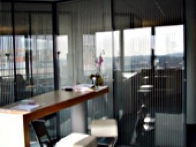 Cloison vitrée avec stores intégrés