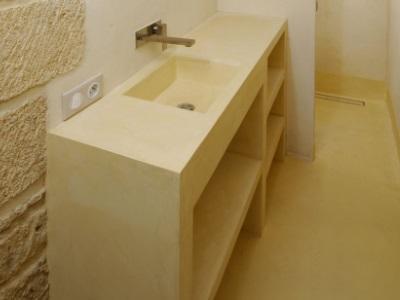 Micro-béton pour revêtement de mobiliers