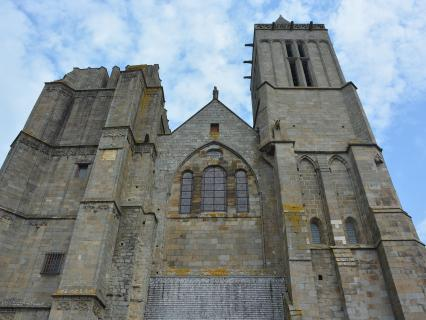 Ken Follett reverse des droits d'auteur pour restaurer une cathédrale en France