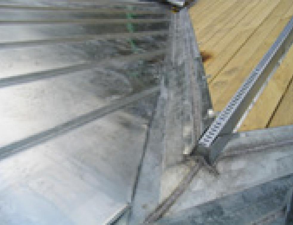 vacuation des eaux pluviales comment r ussir une noue en zinc. Black Bedroom Furniture Sets. Home Design Ideas