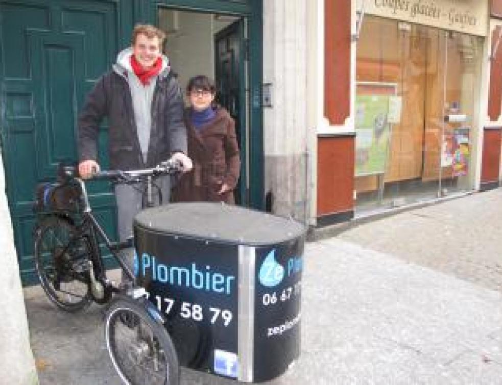 Un plombier qui se déplace à vélo