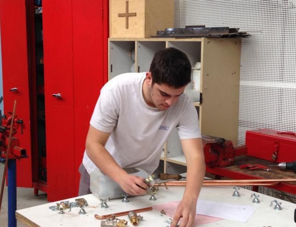 Ma vie d'Apprenti : Vincent réalise des pièces en atelier au CFA