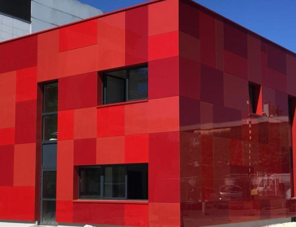Les habits rouges du poste sécurité de l'hôpital André Grégoire