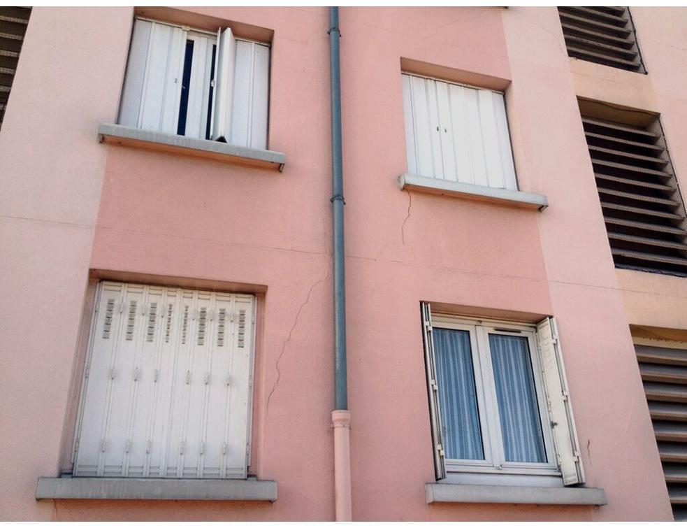 Les fondations d'un immeuble affaiblies par des fuites de réseaux