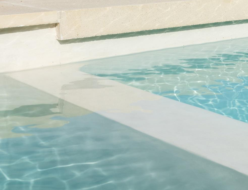 Enduit en micro-béton pour revêtements de bassin et terrasses à effet béton ciré