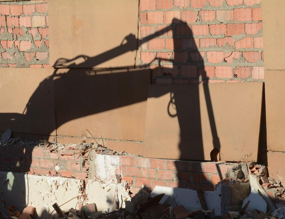 Dommage causé par une cloison provisoire et garantie décennale