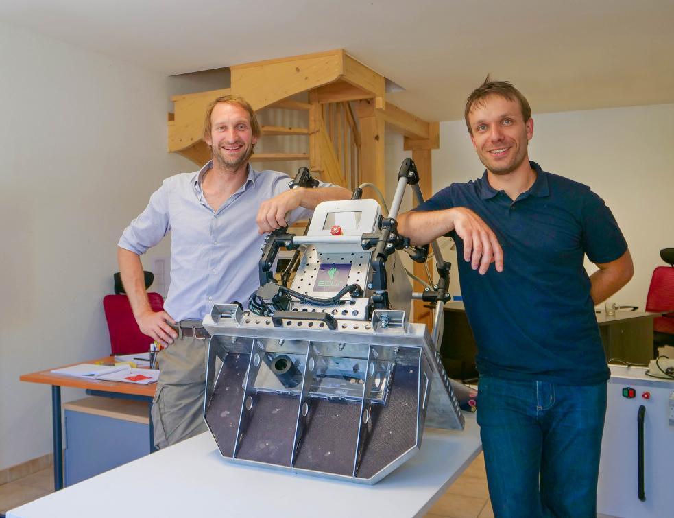 Deux inventeurs présentent le nouvel outil portatif de taille de charpente