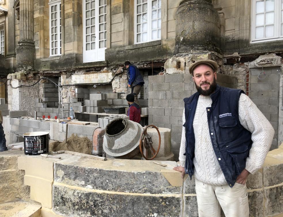 Steve Paton, tailleur de pierre, rénove un château depuis 6 ans