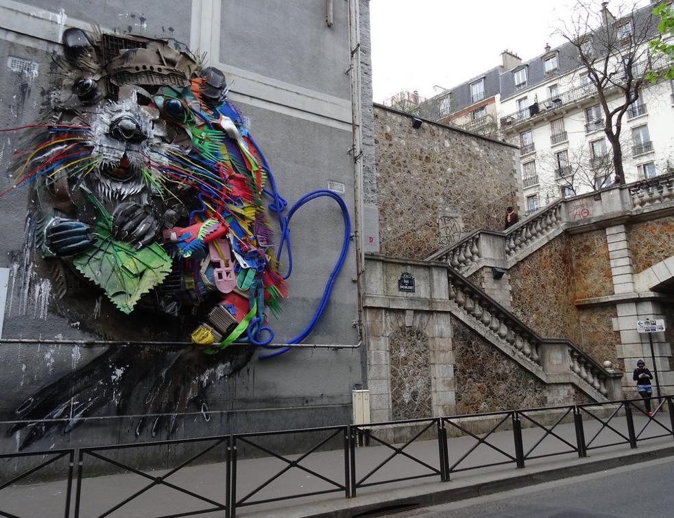 Une immense oeuvre de street art nichée sur un toit parisien