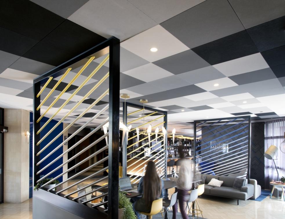 Un plafond en Rockfon Color-all® pour accentuer le lobby de l'hôtel Mercure de Hyères
