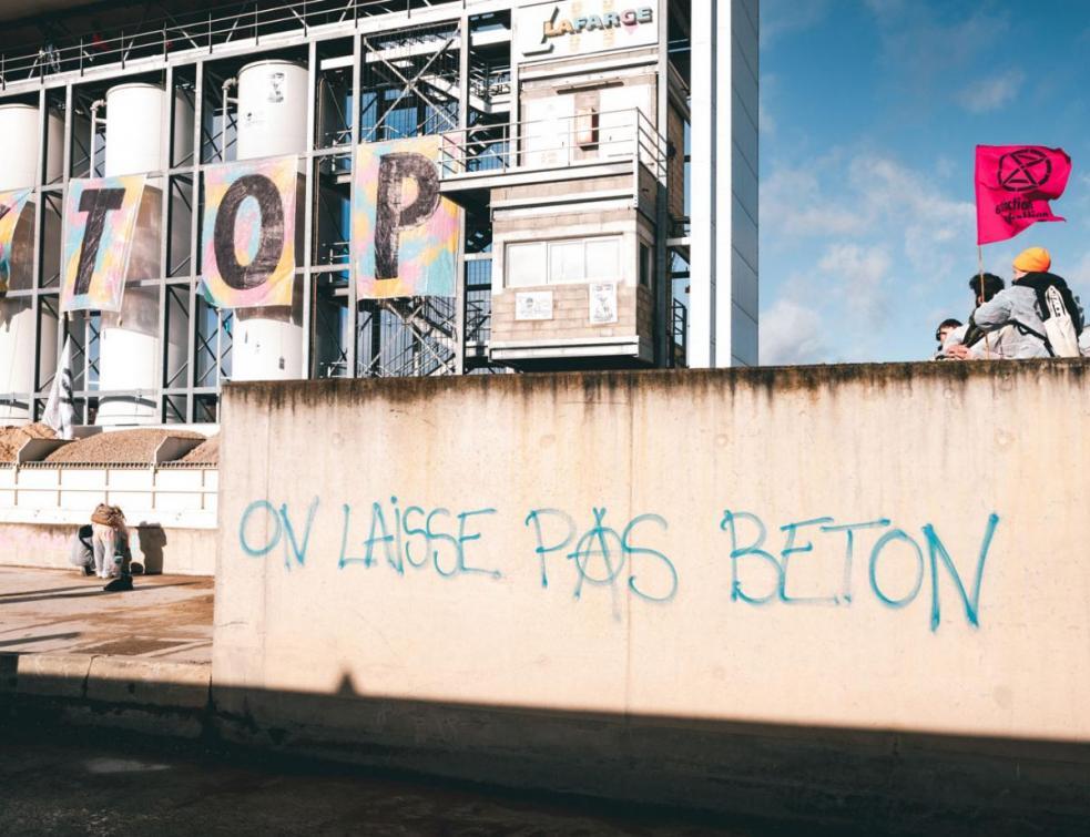 Nouvelle action d'Extinction Rébellion qui interpelle les candidats à Paris