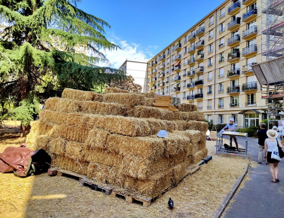 De la paille pour l'isolation par l'extérieur d'un immeuble existant en plein Paris