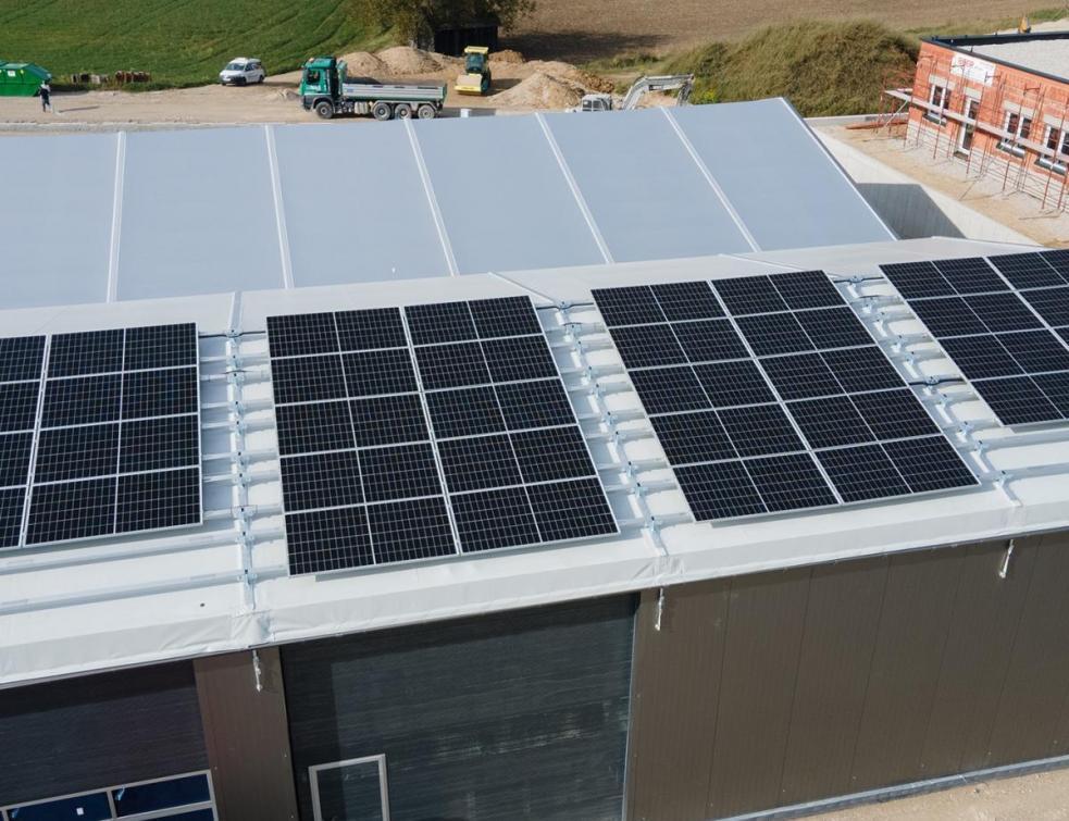 Pol-Plan en collaboration avec SolarSpot réalise des chapiteaux avec une installation photovoltaïque
