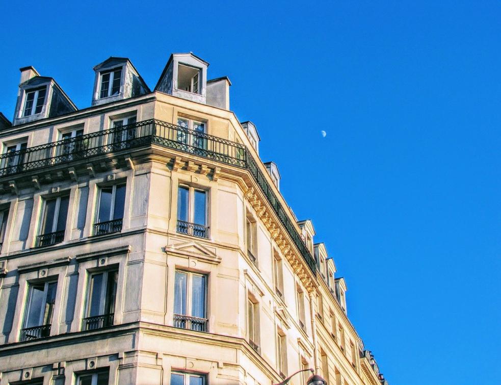 Meublés touristiques: la Ville de Paris veut étudier des quotas par zone