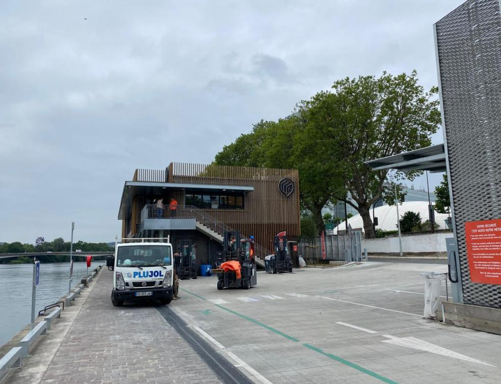 Point. P bâtit une agence sur pilotis et vertueuse en bords de Seine